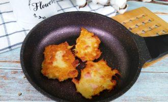 Картофельные драники с сосисками на сковороде