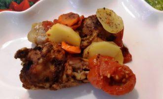 Куриные голени тушеные с овощами в духовке