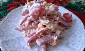 Салат сырный с ветчиной
