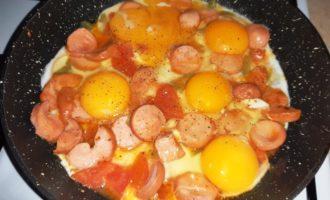 вкусная яичница с сосисками
