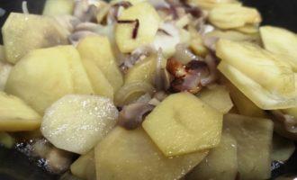 жареная картошка с грибами на сковороде пошагово