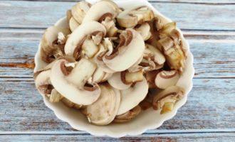 жареная картошка с грибами на сковороде с фото