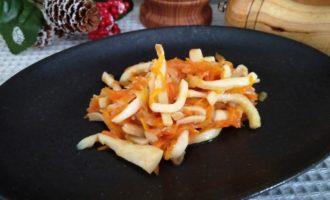 кальмары с овощами на сковороде