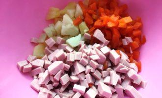 рецепт Оливье с вареной колбасой с фото