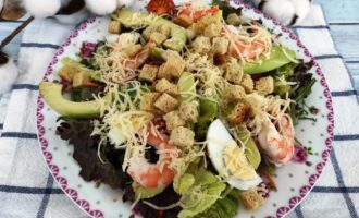 салат Цезарь с креветками и авокадо