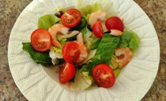 салат Цезарь с креветками и сыром с фото