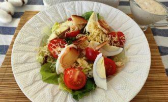 салат Цезарь с креветками и сыром