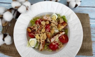 салат Цезарь с курицей и сыром классический