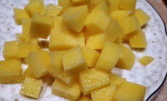 солянка с копченостями и оливками и лимоном