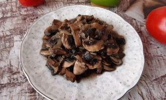 Жареные грибы шампиньоны с луком на сковороде