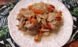Мясо тушеное на сковороде с луком