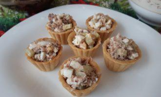 Тарталетки с тунцом консервированным яйцом и огурцом