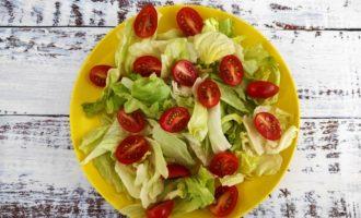 классический салат Цезарь с креветками фото