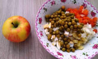 оливье с яблоком пошаговый