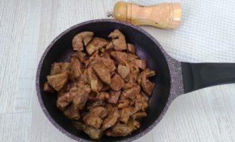 свиная печень с луком на сковороде