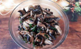 Грибы шампиньоны на сковороде с луком