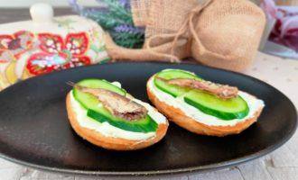 бутерброды со шпротами и творожным сыром