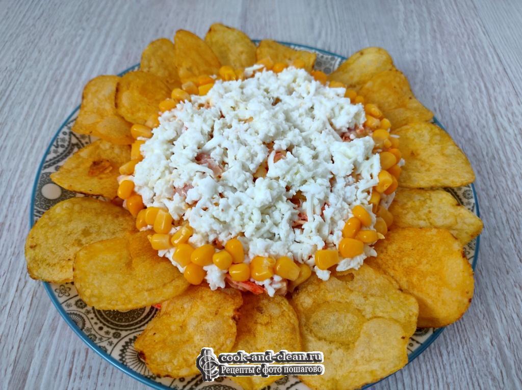 как приготовить салат ромашка с чипсами