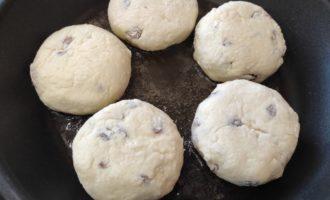 сырники из творога с изюмом на сковороде пошагово с фото