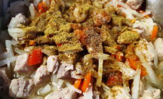 тушеное мясо на сковороде с морковью