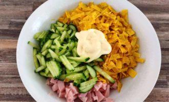 как приготовить салат из яичных блинчиков с луком и ветчиной