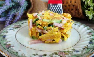 салат из яичных блинчиков с луком и ветчиной рецепт